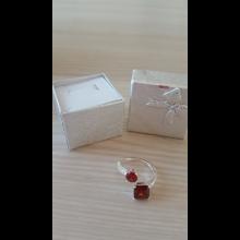 Prsteň s červeným kameňom