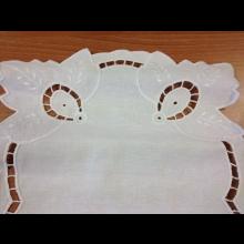 Biely vyšívaný obrus
